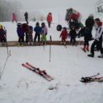 """""""Zwa Brettl und a gführiger Schnee… """" Papa und Tochter fahren Ski."""