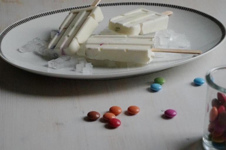 Frozen Yoghurt Popsicles mit Smarties | Rezept