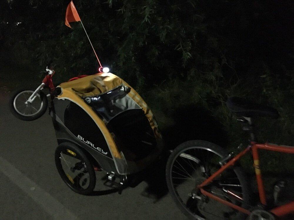 Burley Fahrradanhänger mit Licht