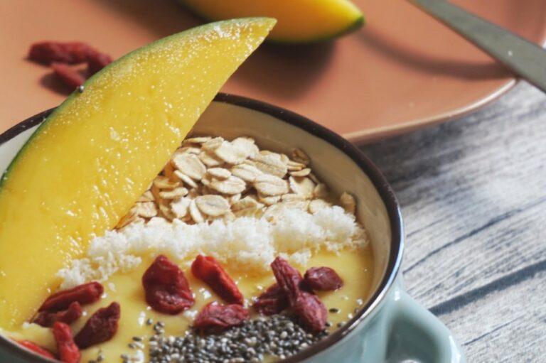 Iced Smoothie Bowl | Mango & Superfood als Sommerfrühstück